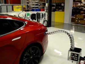 Tesla показала прототип роботизированного зарядного устройства (видео)