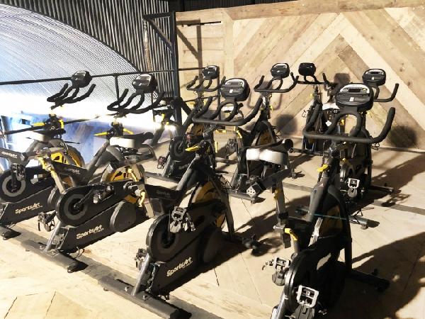 Посетители лондонского спортклуба использует велотренажеры для генерации электроэнергии