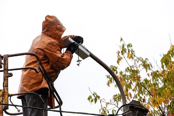 «Ростелеком» установил энергосберегающее освещение на улицах города Остров Псковской области